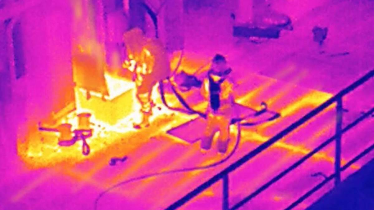 Temperaturen på dekk og ved luke vist med termokamera forut for eksplosjonen om bord på MF Ytterøyningen i 2019.